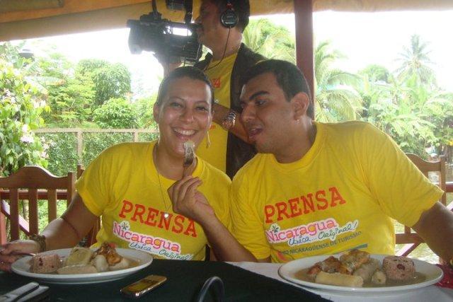 erasmo-y-karla-comiendo-el-rondon-comida-tipica-del-caribe-custom