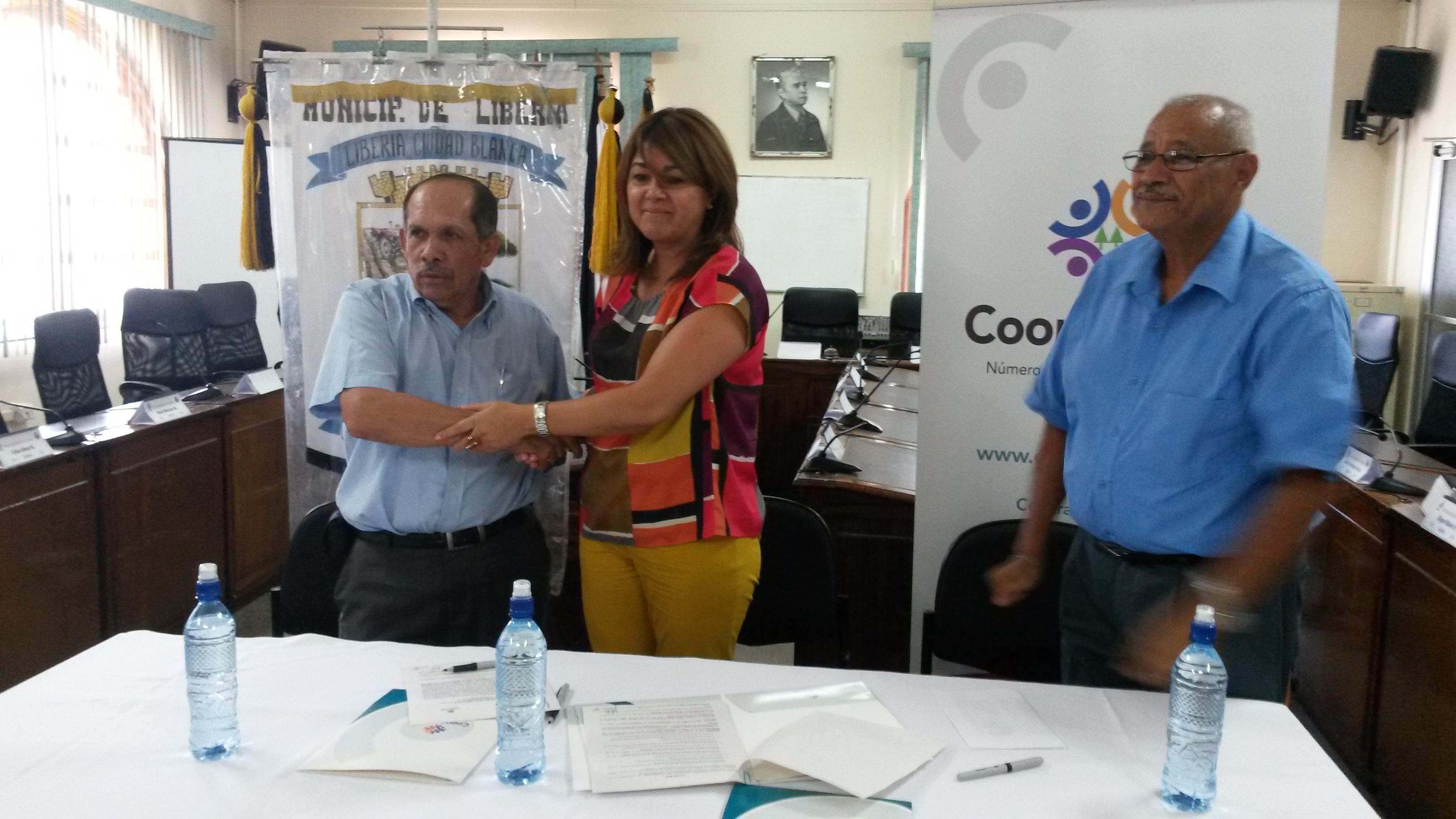 Alcalde de Liberia, Luis Gerardo Castañeda y Gente General de Coope Ande Alexandra Márquez-Massino firman convenio.