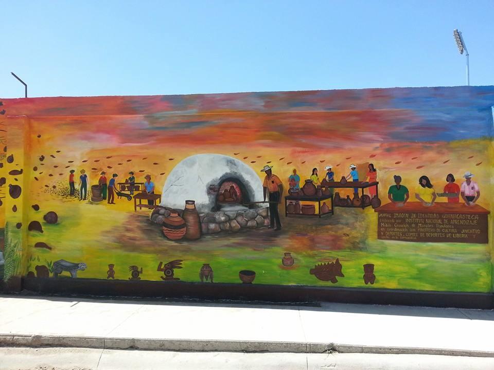 Uno de los murales que engalanan las afueras del estadio liberiano.