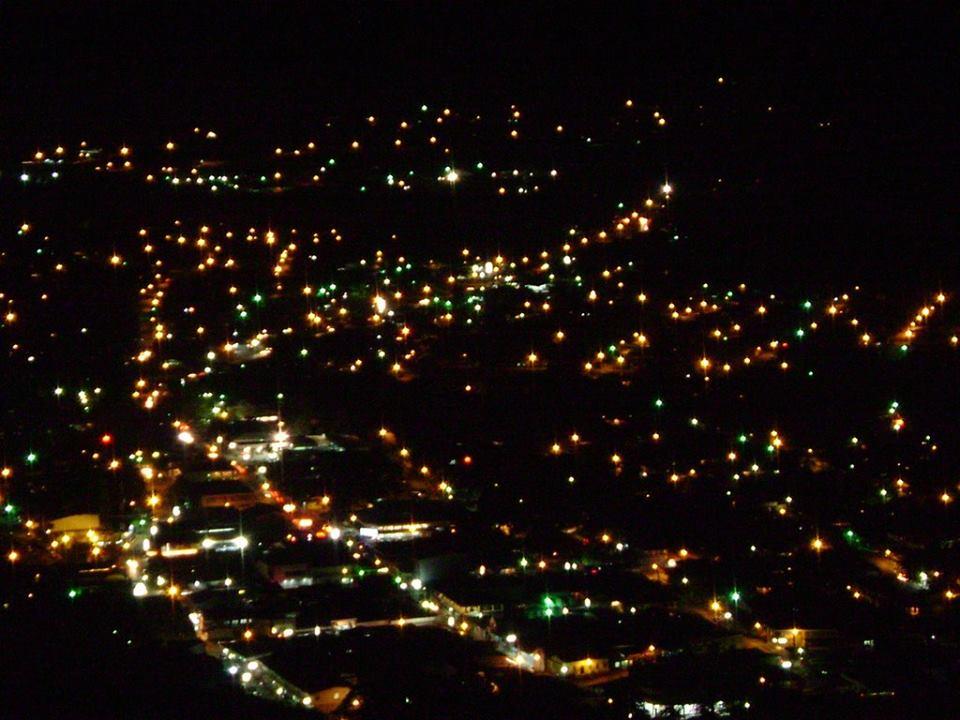 Vista de nocturna de Nicoya desde el Cerro de las Cruces