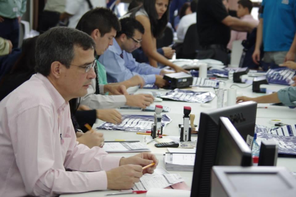 Como parte del proceso, se revisa que las papeletas cuenten con los distintivos de seguridad implementados en la segunda votación.