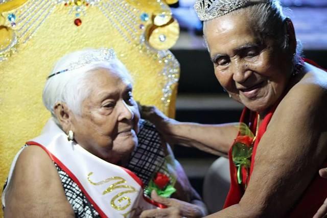 """""""La Matrona"""" 2015 hace entrega de la cinta a doña Rita Duarte. Fotografía: Leonídas Vargas"""