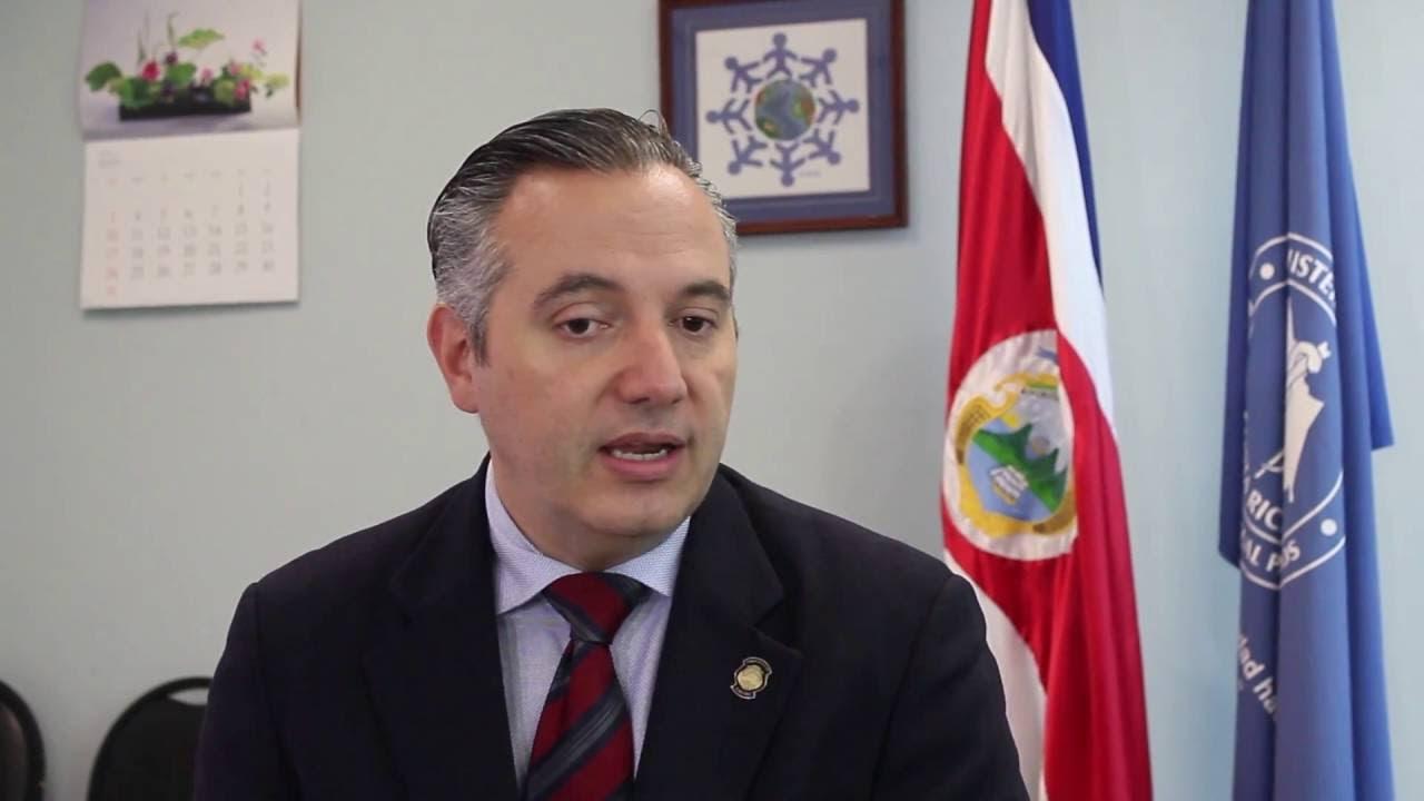 Ministro de Salud Dr. Fernando Llorca Castro