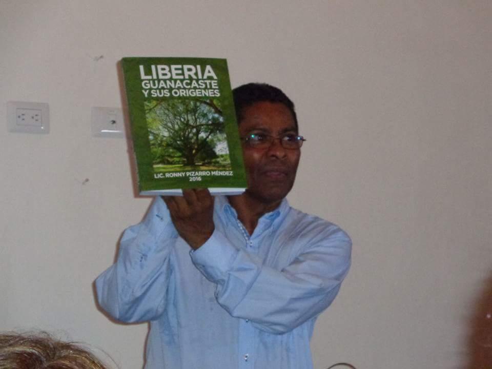Escritor Miguel Fajardo, quién presentó el libro de don Ronny Pizarro.