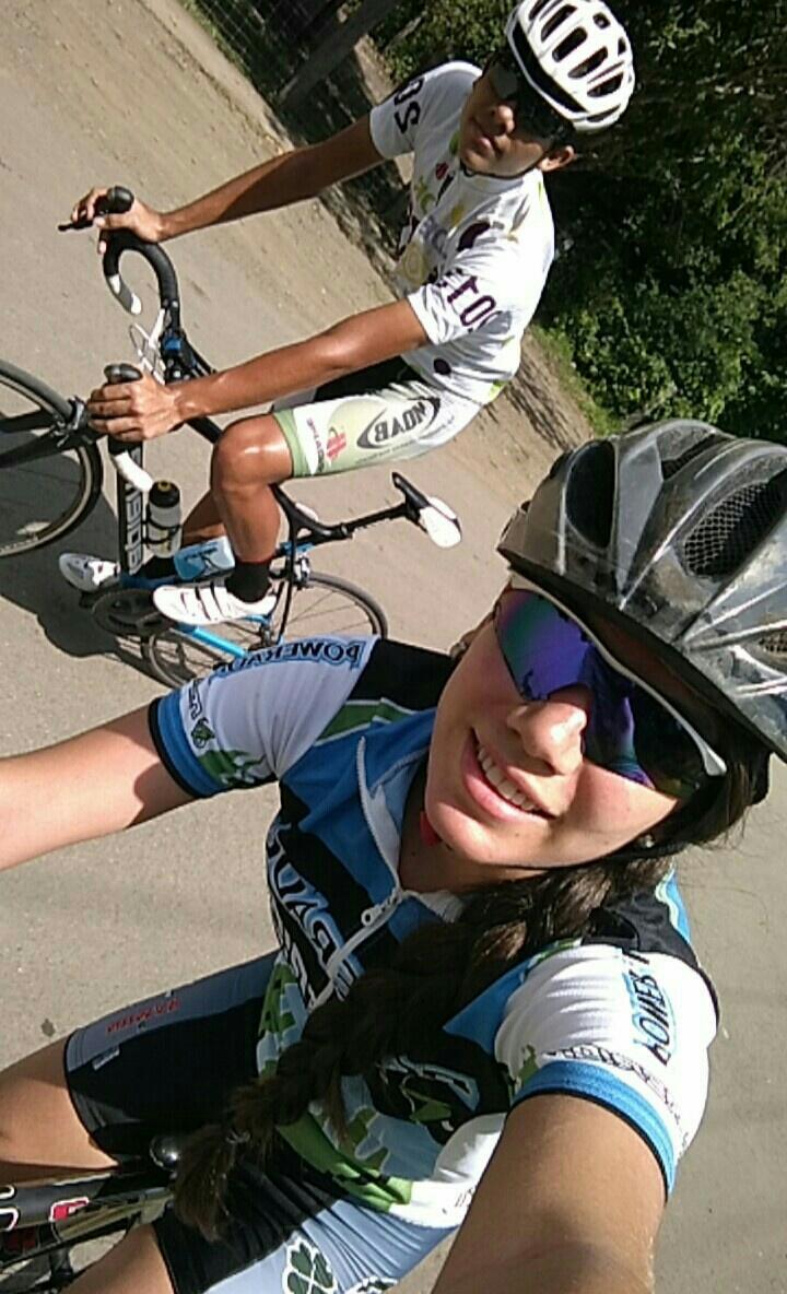 Steven y Jennifer suelen divertirse mucho mientras comparten en sus bicicletas.