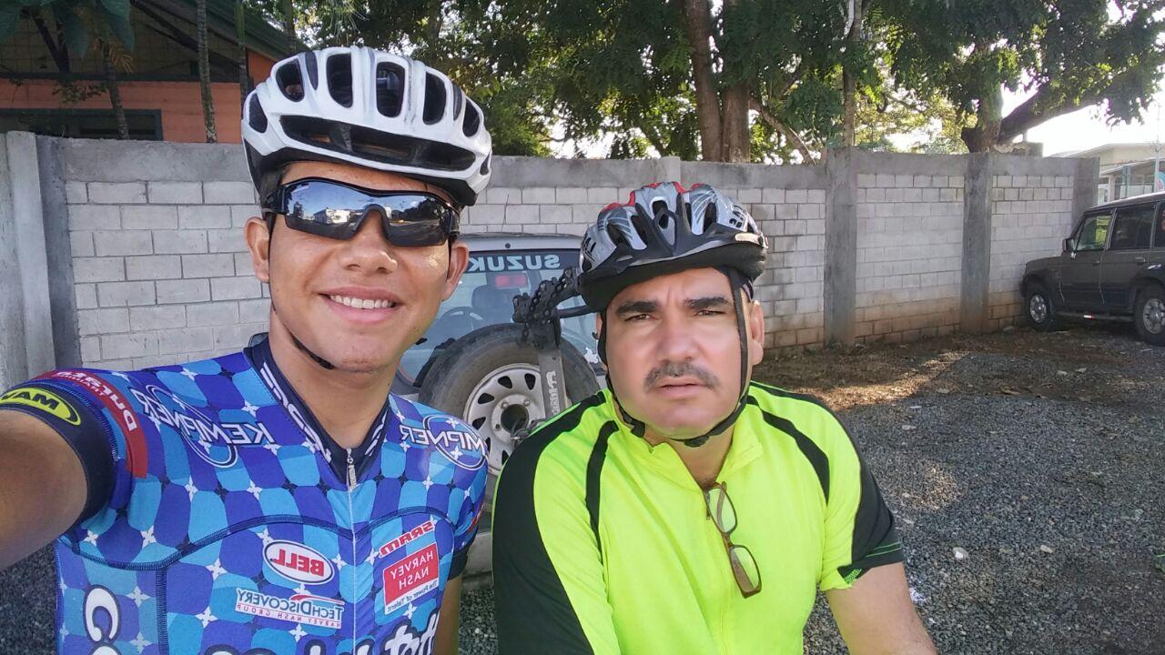 Recordar es vivir, acá Steven Alpízar al lado de su padre, quien es apoyo clave en su corta pero exitosa carrera.