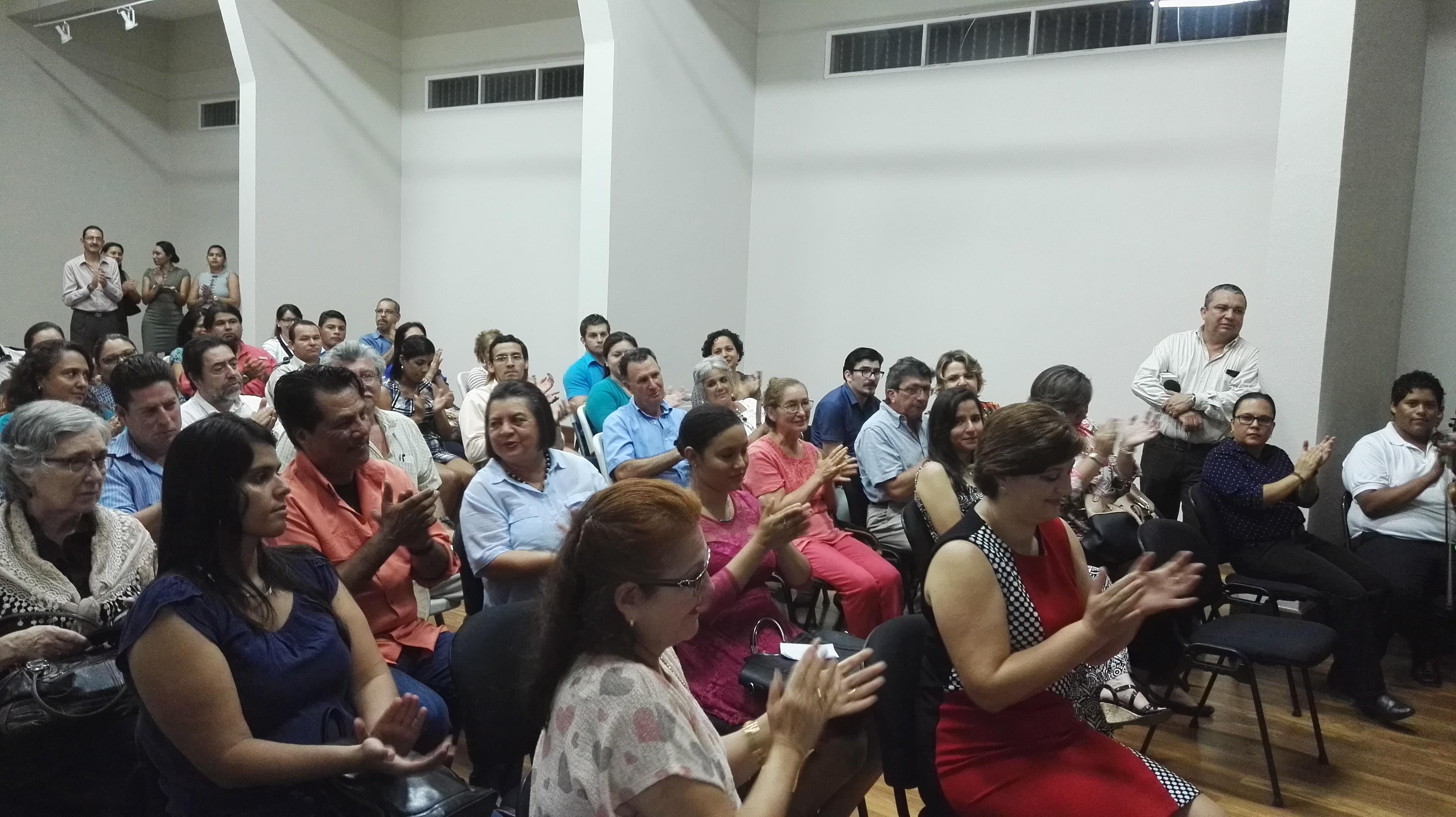 Asistentes a la inaguración de la exposición en el Museo de Guanacaste